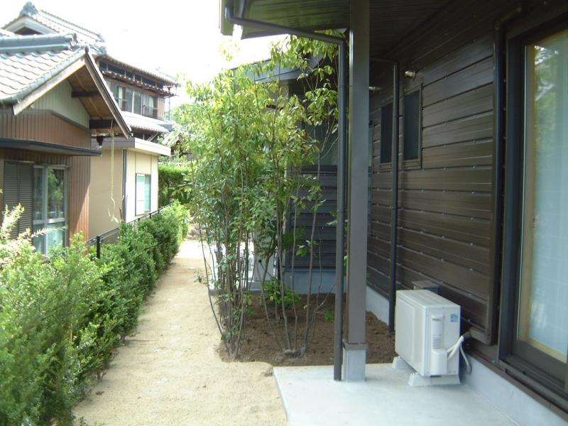 北側(浴室目隠し庭木) 北側(浴室目隠し庭木) Tweet  ガルバの家|設計工房古山|施工事例